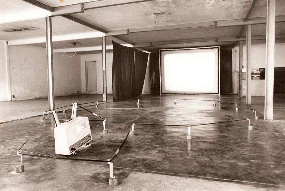 Ão - Filme 16mm e instalação de som. Área de exposição: 3000 x 3500 mm. Tunga, 1981.