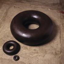 Toro - ferro, ouro, 610 x 210 mm, Tunga, 1983.