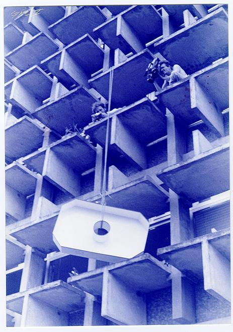 Você gostaria de participar de uma experiência artística? - Ricardo Basbaum [em progresso desde 1994. Objeto em ferro pintado, experiência, 125 x 80 x 18 cm. Particpação do Grupo de Pesquisa Corpos Informáticos Brasília, 1998.
