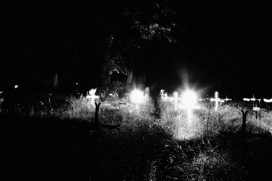 """Pokopališče: """"É um cemitério de soldados austro-húngaros, há milhares de soldados enterrados aqui. Os jovens rapazes. É uma atmosfera muito especial, fizemos fotos à noite. É uma presença de quantidade, é toda a Europa central que está aqui, há pessoas de todas as confissões, de todas nacionalidades que compunham a monarquia austro-húngara."""""""