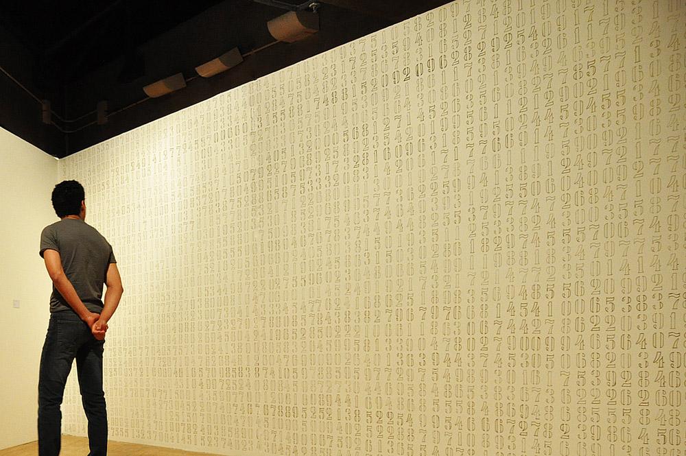 π, 2010  - caneta dourada sobre dry-wall,  350 x 750 m,  Fotografia: Carla Chaim.