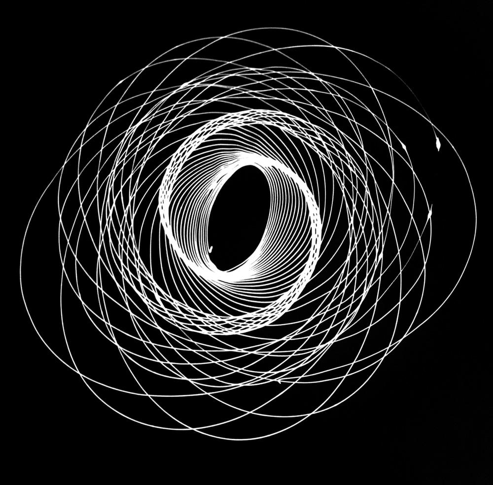 Movimento Pendular #1, 2014 - Tinta esmalte sobre papel preto, 150 x 150 cm.